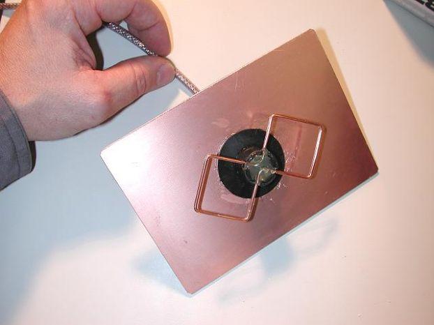 Теперь с помощью клеевого пистолета закрепите квадраты.