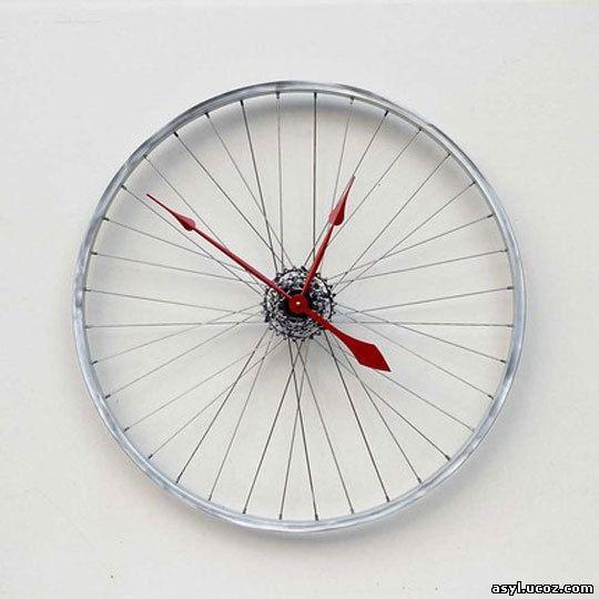 Часы, сделанные из велосипедного колеса